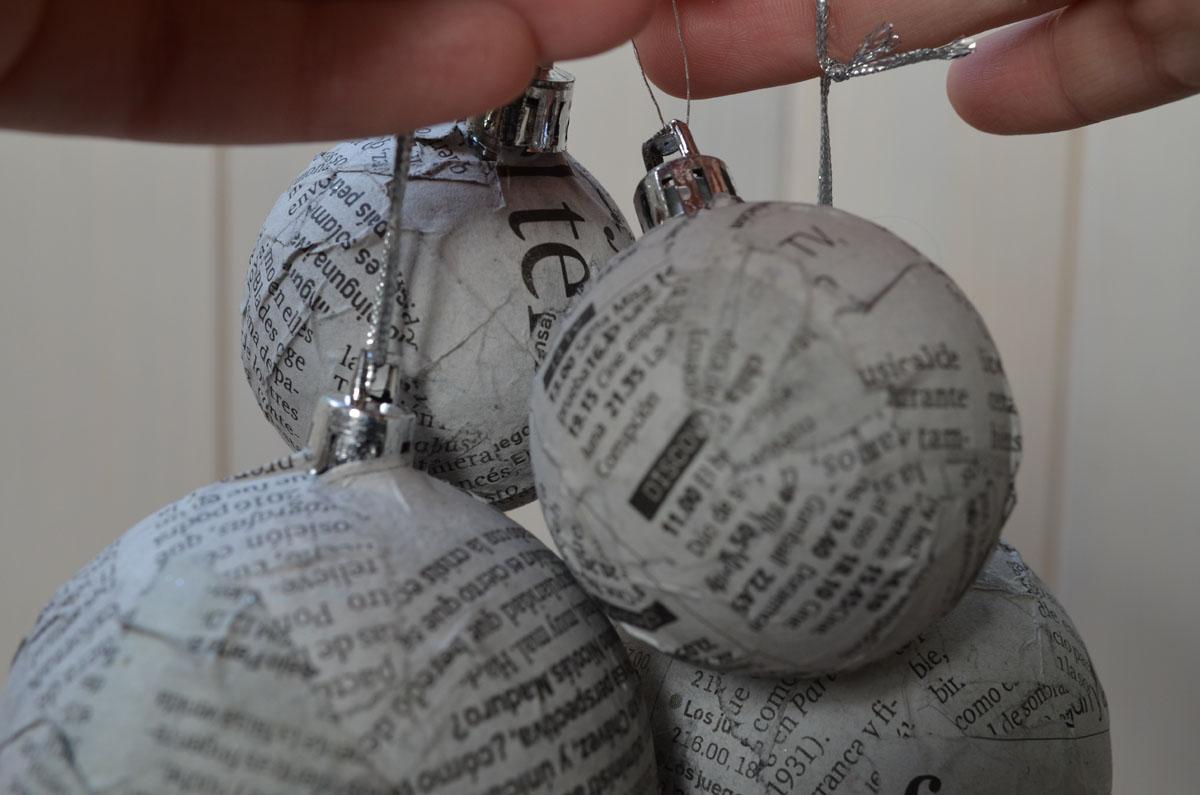Corona de navidad con bolas de papel de peri dico departam - Bolas de navidad grandes ...