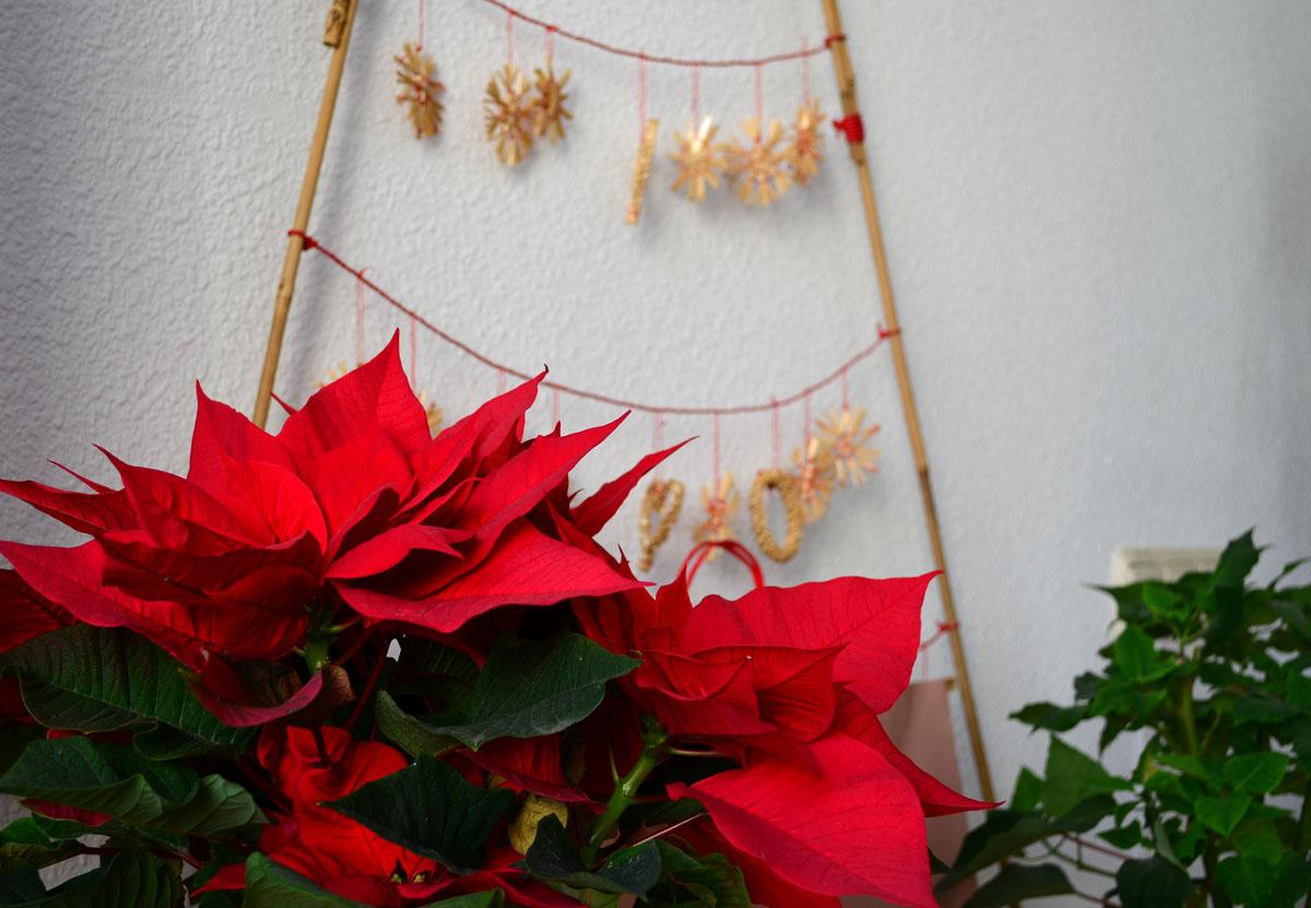 Un rbol de navidad con palos de bamb para casas peque for Amazon decoracion navidad