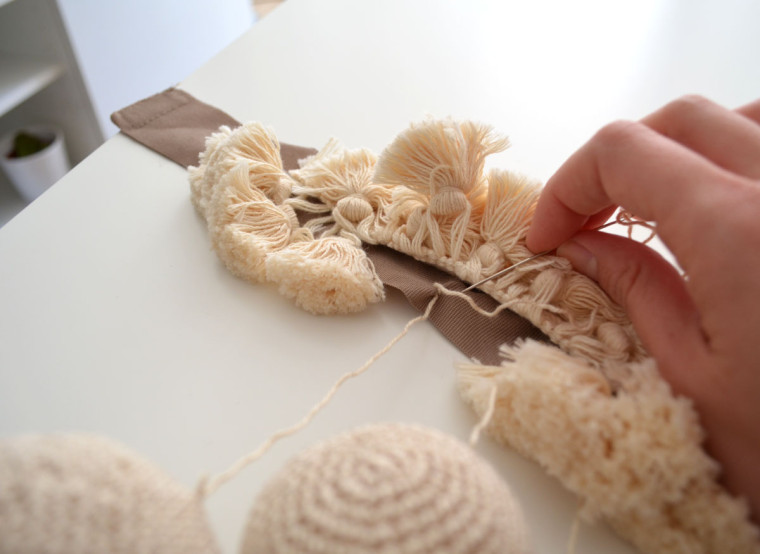 alzapaños_cortina_pompones_crochet_boho