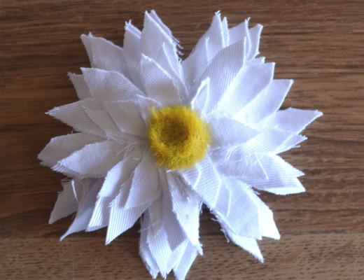 Broche flor margarita tela diy