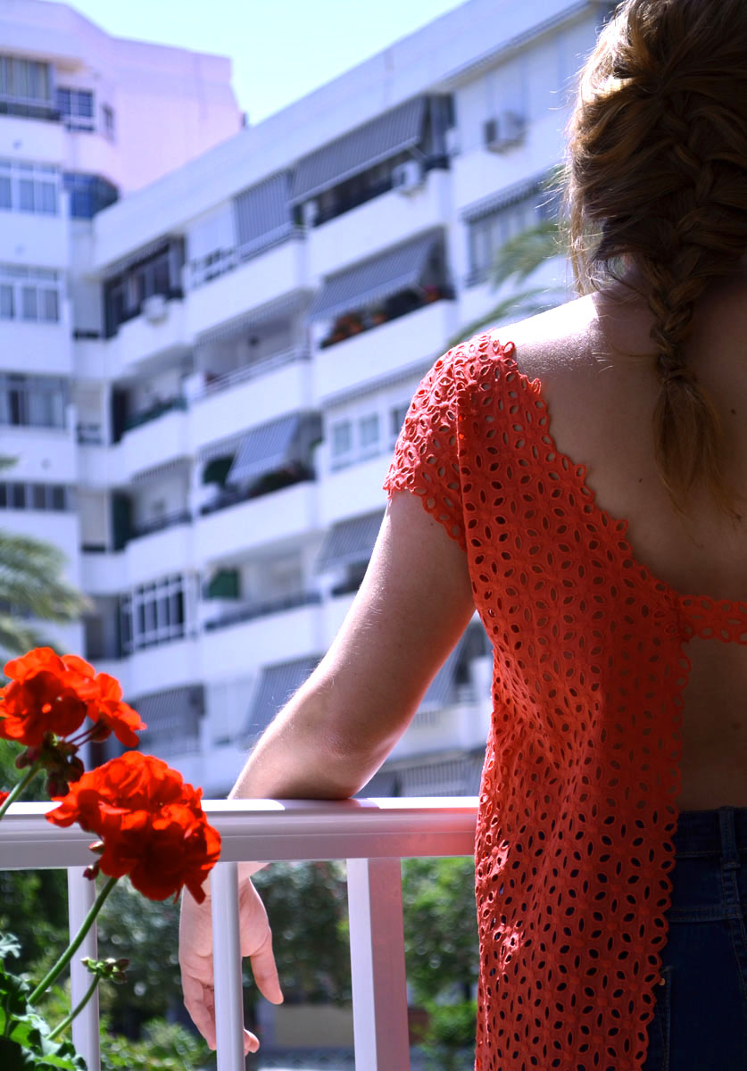 Blusa guipur coral escote espalda