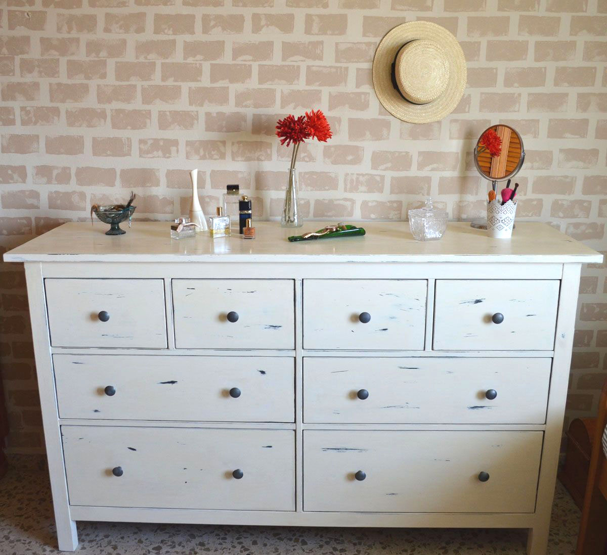 C moda hemnes decapada en blanco departamento de ideas for Envejecer mueble blanco ikea