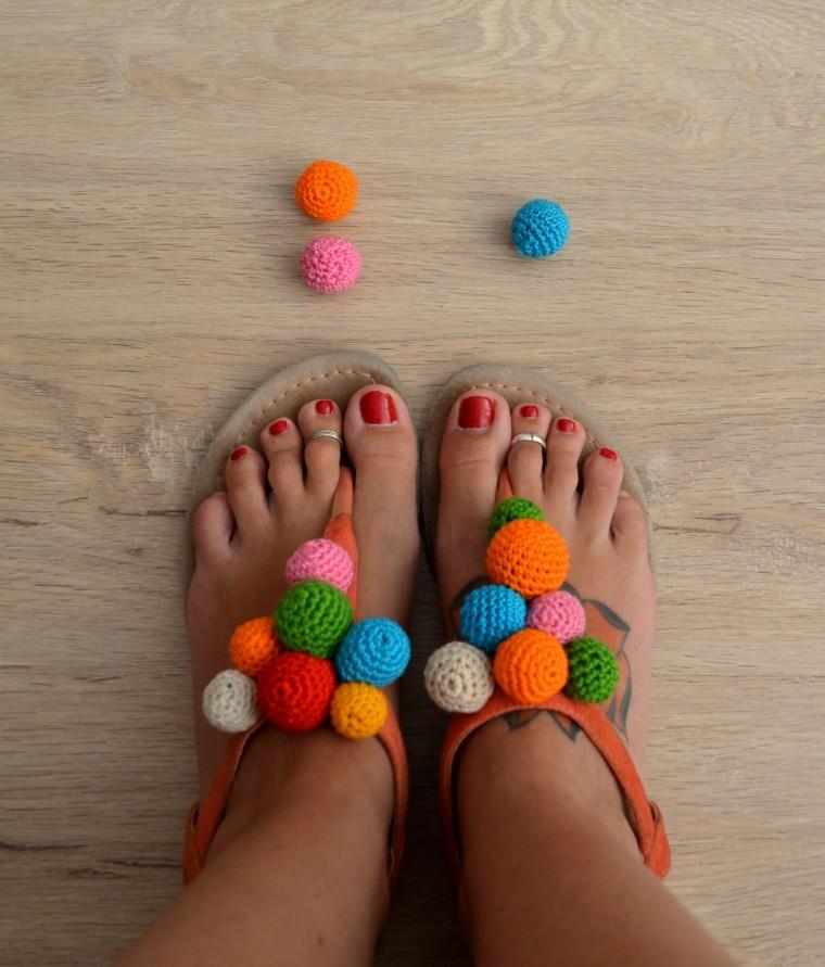 Sandalias con pompones amigurumi hilo