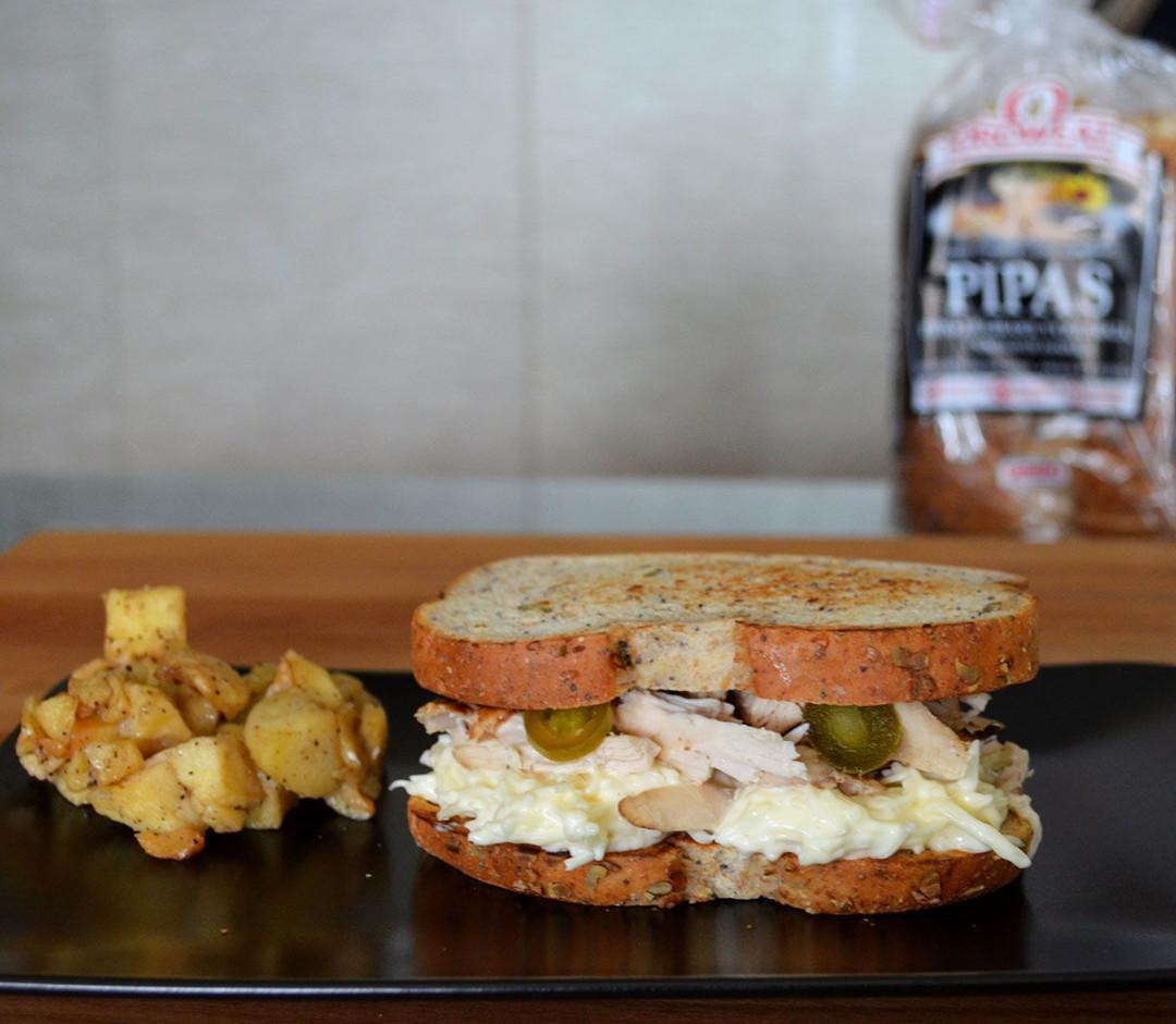 Sandwich pollo asado jalapeños